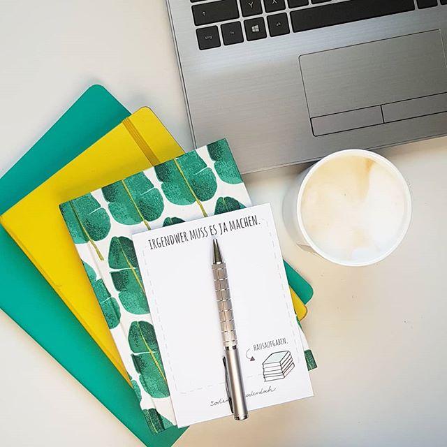 Tag 11 und 12 von der #meetthebloggerde Challenge fasse ich heute zusammen. #Helfer und #notizbücher gehören bei mir nämlich zusammen.  Ich könnte nicht ohne #Notizbücher leben und bloggen. Mittlerweile habe ich mir aber immerhin angewöhnt, die Bücher auch zu benutzen und nicht nur zu horten. 😂 Wer kennt das? Neben tollen Notizbüchern wäre ich aber auch aufgeschmissen ohne Notebook und Handy (nicht auf dem Bild, weil in der Hand), ohne guten Kaffee und Notizblock und Stift. Schnell mal Ideen notieren und Gedankenfetzen festhalten. Bloggen ist schließlich nicht nur online. Und wie sieht das bei euch aus? ✏📝 . . #meettheblogger #vernetzung #challenge #notizbuchliebe #blogger #bloggen #buchblog #buchblogger