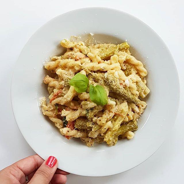 Heute gibt es schnelle Pasta mit grünem Spargel und Tomaten. Ich bin im Himmel. 😍 Und glücklich noch dazu, aber daran ist nicht nur die Pasta schuld. . #dinner #pasta #pastalove #schnelleküche #grünerspargel #lecker #leckeressen #petzikocht #food #foodstagram
