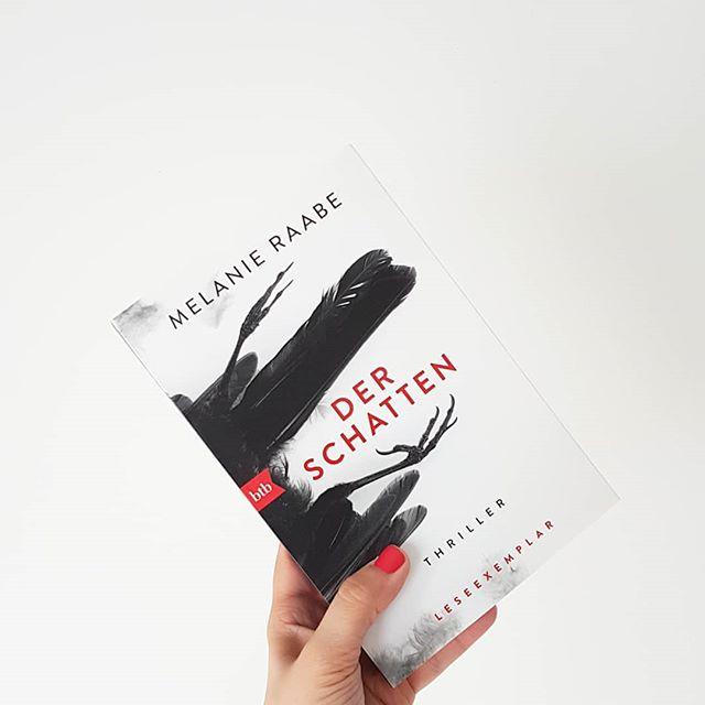 Was ich jetzt tue? Lesen! Und zwar das neue Buch von @melraabe. Sehnsüchtig erwartet und ganz gespannt, wohin mich die Autorin dieses Mal entführt. Kennst du Bücher von Melanie Raabe? Und willst du 'Der Schatten' ebenfalls lesen? . . #buch #thriller #derschatten #melanieraabe #btb #spannung #lesen #leseliebe #buchliebe #diepetzi #dieliebezudenbüchern #blog #buchblog #buchblogger #bookstagram #instabooks #ichlese #ichlesegerade #ichliebelesen #petzisbücher2018