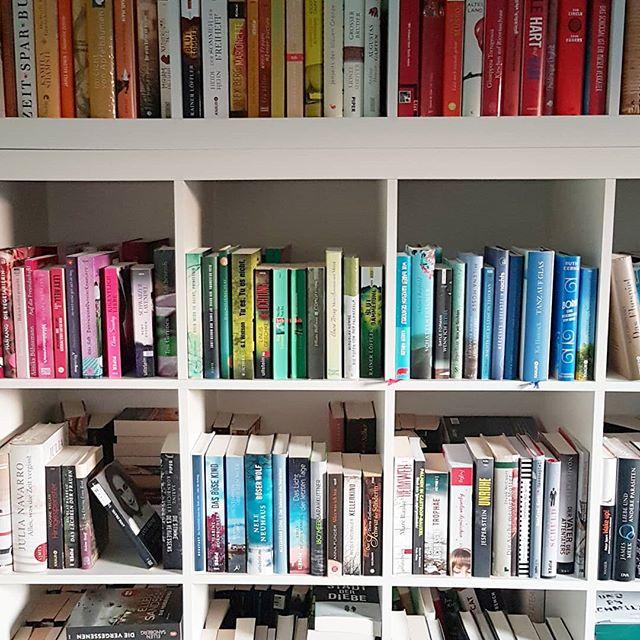 Ich habe mich spontan dazu entschlossen auch bei der Challenge vom @dumontbuchverlag teilzunehmen. Heute zum Thema #shelfie. Und weil ich niemals alle meine Bücher zeigen kann, gibt es hier nur einen kleinen Ausschnitt. Wie ihr seht, sortiere ich nach Farbe. Ich habe einfach beschlossen, dass das am besten aussieht. Ich liebe Bücher, dennoch habe ich eine goldene Regel: Ich kaufe keine weiteren Regale! Ist kein Platz mehr für Bücher vorhanden, dann muss ich aussortieren. Genauso wie ich Bücher liebe, mag ich auch Freiraum. Und der wäre nicht mehr gegeben, wenn überall Bücherregale stehen würden. Ihr versteht? Ich habe überhaupt keine Ahnung, wie viele Bücher in meinem Regal stehen. Irgendwann hab ich aufgehört zu zählen. Ist mir aber auch egal, denn eine hohe Zahl ungelesener Bücher stört mich nicht im geringsten. Man muss das positiv sehen, denn so ist immer genug Lesestoff vorhanden. 😊 Seid ihr auch bei #diewochederbücher dabei? Klickt auf den Hashtag und entdeckt tolle andere Profile. Und gewinnen kann man übrigens auch was. Mehr Infos gibt's direkt bei @dumontbuchverlag. ✌ . . #instachallenge #challenge #buch #bücher #lesen #buchliebe #shelfie #regal #buchregal #dumontbuchverlag #dumont #dieliebezudenbüchern #buchblog #buchblogger