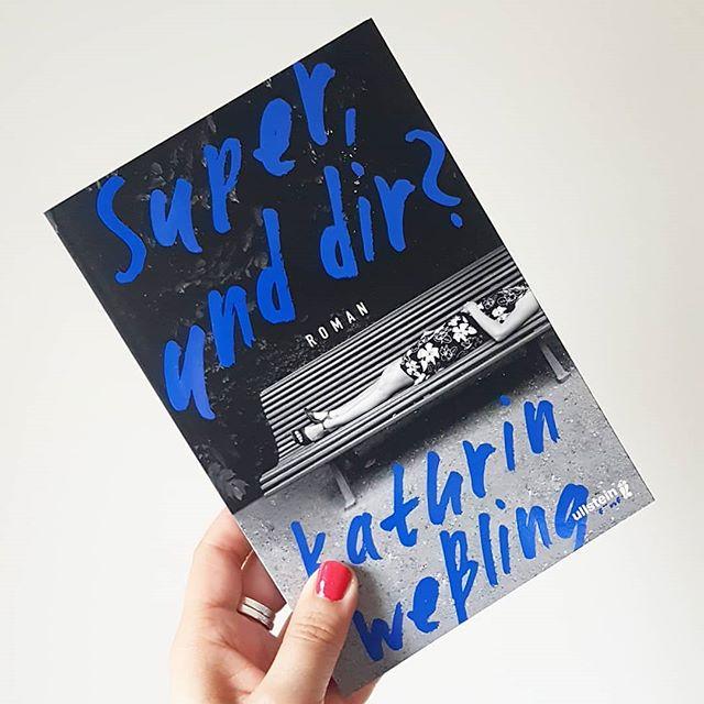 """Am Sonntag hörte ich bei der Heimfahrt im Zug eine Folge des @1live Klubbing Podcasts mit der Lesung von @ohkathrina. Diese Lesung hat mich so begeistert, dass ich unbedingt und sofort das Buch lesen wollte. Gestern damit angefangen und zur Hälfte bereits begeistert verschlungen. Wann wolltet ihr zuletzt ein Buch unbedingt lesen und wer von euch kennt """"Super, und dir?"""" schon? . . #buch #lesen #roman #superunddir #kathrinwessling #buchliebe #ichlesegerade #petzisbücher2018 #ullstein #diepetzi #dieliebezudenbüchern #literatur #books #bookstagram #leseliebe #ichlese @ullsteinbuchverlage"""