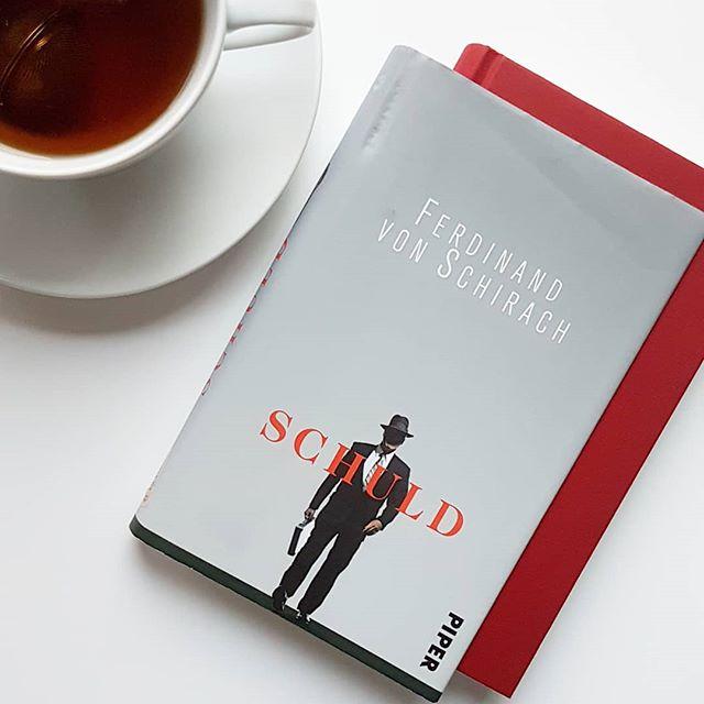 """Buchtipp #4 in dieser Woche ist """"Schuld"""" von Ferdinand von Schirach. Mit diesem Autor kann nicht jeder etwas anfangen, ich aber mag seine Bücher unglaublich gerne. . Ein Ehemann quält jahrelang seine junge Frau. Ein Internatsschüler wird fast zu Tode gefoltert. Ein Ehepaar verliert die Kontrolle über ihre sexuellen Spiele. Ein Mann wird wegen Kindesmissbrauchs angeklagt. Leise, aber bestimmt stellt Ferdinand von Schirach die Frage nach der Schuld des Menschen. . Das ZDF hat dieses Buch in einer Serie mit Moritz Bleibtreu in der Hauptrolle vor ein paar Jahren verfilmt und sehr gut umgesetzt. Finde ich zumindest. Eigentlich bin ich auch kein großer Fan von Kurzgeschichten, hier habe ich aber alle regelrecht verschlungen. Die Geschichten basieren auf echten Fällen und schockieren und fesseln. Wer von Schirach schon immer lesen wollte, der sollte mit diesem Buch beginnen. . Kennt ihr Bücher von dem Autor? Habt ihr """"Schuld"""" schon gelesen? . #buch #buchtipp #petzisbuchtipp #lesen #roman #literatur #gelesen #gerngelesen #buchliebe #bookstagram #diepetzi #dieliebezudenbüchern #book #book #schirach #piper #ferdinandvonschirach #leseliebe #schuld #kurzgeschichten"""