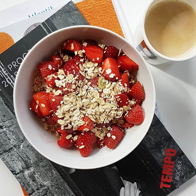 Vorschauen, Zeitschriften, Kaffee, Frühstück, Ruhe und ganz viel Zeit für mich. So mag ich das. 😊 Was habt ihr heute vor? #diepetzi #sonntagsmodus