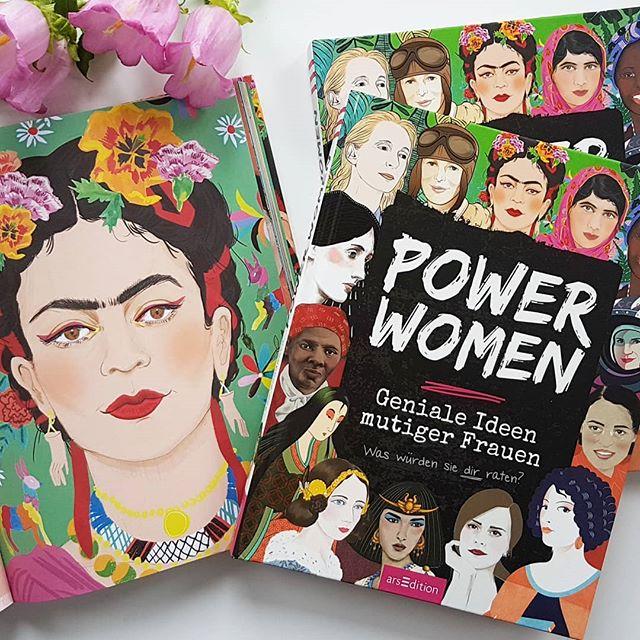 """Werbung, da Verlinkung von ❤. Im @verlagarsedition erschien letzte Woche das Buch """"Power Women"""", das 25 tolle Frauen aus unterschiedlich Epochen portraitiert und vorstellt. Der Verlag ruft dazu auf in einer Blogparade über inspirierende und motivierende Frauen zu schreiben und dem bin ich gefolgt. Ich bin glücklicherweise von einer großen Anzahl an tollen Frauen umgeben, die mich on- und offline inspirieren und auf so viele unterschiedliche Arten motivieren. Das ist ein großes Glück, das ich gerne mit euch teilen möchte. Neben meiner Mama und Omas habe ich ein paar andere tolle Frauen im Bild markiert. Darüber hinaus gibt es aber natürlich noch eine Menge mehr. Zum Beitrag auf dem Blog einfach auf den Link in der Bio klicken. 👉 . . Ich habe aber auch noch eine kleine Überraschung im Gepäck. Zusammen mit dem @verlagarsedition verlose ich nämlich 2 Ausgaben """"Power  Women"""" an euch. Kommentiert einfach unter dem Bild, welche Frau (egal ob privat oder öffentlich) eine Power Woman für euch ist und warum und folgt mir. Damit landet ihr automatisch im Lostopf. Mitmachen könnt ihr bis Samstag, den 30.06.18 um 23:59 Uhr. Der Versand erfolgt auf meine Kosten, bitte beachtet daher, dass eine Teilnahme nur aus Deutschland möglich ist. Das Gewinnspiel steht in keinem Zusammenhang mit Instagram. Genaue Teilnahmebedingungen findet ihr unter dieliebezudenbuechern.de/gewinnspiele/. Die Gewinner werden von mir benachrichtigt. Der Rechtsweg ist ausgeschlossen und eine Barauszahlung des Gewinns nicht möglich. . . #buch #buchtipp #blogparade #tollefrauen #powerwomen #arsedition #lesen #powerfrauen #gewinnspiel #gewinnen #verlosung #diepetzi #dieliebezudenbüchern #frauen #verlinkungvonherzen"""