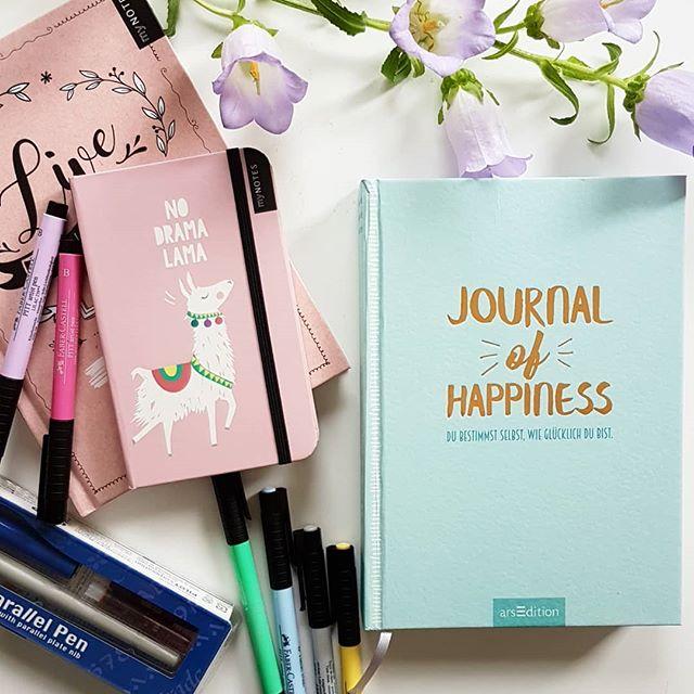 Werbung, da Verlinkung von ❤. Am letzten Juniwochenende war ich zusammen mit vielen anderen tollen Bloggern im  @verlagarsedition und bei @mynotesliebe zu Gast. Es war ein ganz toller Tag, an dem wir u.a. mehr zum Thema Glück erfahren haben. Da Glück sich verdoppelt, wenn man es teilt, habe ich heute auch ein kleines Paket für euch mitgebracht. Ihr könnt ein Set bestehend aus einem Journal of Happiness, einem Bullet Journal, einem myNotes Notizbuch, Stiften von Faber Castell und einem Pilot Parallel Pen gewinnen. Ist das was? Auf dem Blog hab ich auch ein wenig über den Tag und Glück geschrieben. 👉 Link in der Bio! . . Wie ihr gewinnen könnt? Kommentiert einfach unter dem Bild und folgt mir. Damit landet ihr automatisch im Lostopf. Mitmachen könnt ihr bis Samstag, den 21.07.18 um 23:59 Uhr. Der Versand erfolgt auf meine Kosten, bitte beachtet daher, dass eine Teilnahme nur aus Deutschland möglich ist. Das Gewinnspiel steht in keinem Zusammenhang mit Instagram. Genaue Teilnahmebedingungen findet ihr unter dieliebezudenbuechern.de/gewinnspiele/. Der Gewinner wird von mir benachrichtigt. Der Rechtsweg ist ausgeschlossen und eine Barauszahlung des Gewinns nicht möglich. . Tipp: Drüben bei @nordbreze habt ihr übrigens auch die Chance zu gewinnen. Schaut mal vorbei. 😉 . . #buch #buchtipp #arsedition #lesen #journalofhappiness #mynotes #bulletjournal #notizbuch #gewinnspiel #gewinnen #verlosung #diepetzi #dieliebezudenbüchern #verlinkungvonherzen