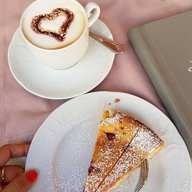 Heute war ich endlich mal wieder im Cafe Lotti und hab den neuen Style bewundert. Die Stühle hätte ich dann auch gern. 😍 @cafelotti / Werbung, da Verlinkung. Alles selbst bezahlt! . . #kuchen #cafe #cafelotti #urlaubsmodus #liebe #entspannung #diepetzi #happyme