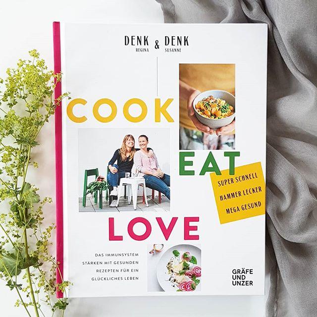 """(Werbung/ohne Auftrag) Es ist mal wieder Zeit für die #Kochbuchchallenge von @kochbuchsuechtig und heute lautet das Thema """"Gesund"""". Ich habe mich deshalb für das Buch """"Cook Eat Love"""" von Regina & Susanne Denk (@reginadenk) aus dem @gu.verlag entschieden. . Die einleitenden Worte und die Geschichte hinter dem Buch hat mich so berührt, dass ich euch dieses Buch unbedingt vorstellen muss. Reginas Schwester Susanne erkrankte an #MultiplerSklerose. Diese Krankheit ist unheilbar und auch unberechenbar. Die Krankheitsverläufe sind sehr unterschiedlich. Susanne aber gab nie auf und war von Beginn an positiv eingestellt. So entwickelte ihre Schwester (die auch Foodredakteurin ist) gesunde Rezepte, die sie mit ihrer Schwester teilte. Viele Krankheiten lassen sich nämlich durch eine gesunde Ernährung positiv beeinflussen und genau dies zeigt das Buch. Reginas Schwester hat aktuell ein beinahe beschwerdefreies Leben und wirkt heute sogar glücklicher als je zuvor. Eine ganz tolle Geschichte von zwei tollen Frauen und ein tolles Buch. . Ob Wildreis-Pilz-Salat, Ofen-Falafel, Linsen-Dal, Kokos-Schoko-Mousse, Ananas-Kokos-Sorbet oder Chia-Power-Brot? Die Auswahl ist riesig und gefällt mir persönlich sehr. Ein wundervolles Buch über eine tolle Schwesternbeziehung und gesunder Ernährung. Möchte ich euch unbedingt ans Herz legen. 👉 Mehr auch in den Stories. . . Kennt ihr das Buch? Wie gesund ist eure Ernährung? . . #kochbuchtipp #kochbuch #kochbuchliebe #kochbuchsüchtig #cookeatlove #guverlag #reginadenk #lesen #kochen #buchblog #petziskochbücher #dieliebezudenbüchern #diepetzi #gesundeküche #gesundeernährung #food #buch"""