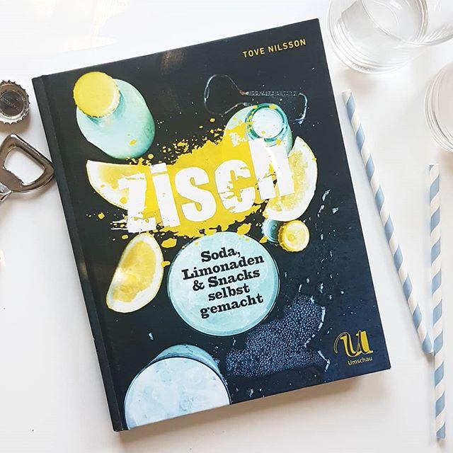 """Heutiges Thema der #Kochbuchchallenge von @kochbuchsuechtig lautet """"Getränke"""" und deshalb hab ich mich für """"Zisch"""" von Tove Nilsson aus dem @umschauverlag entschieden. Ein ziemlich tolles Buch, wenn man Lust hat Soda und Limonaden selbst zu machen. . Ob Holunder-Erdbeer-Limonade, Chai-Eistee oder Fizzy Orangensoda. In diesem Buch sind wirklich eine Menge erfrischender Rezepte vertreten. Passend dazu auch eine große Zahl an Rezepte mit passenden Snacks. Verschiedene Dips, Popcorn-Sorten oder auch Chips. Dem gemütlichen Abend mit Freunden steht mit diesem Buch nichts mehr im Weg. Wer sich für das Thema interessiert, der sollte unbedingt mal reinblättern. Mehr auch in den Stories. . . Was ist denn euer liebster Drink? Ob alkoholfrei oder mit ist dabei ganz egal. Wie erfrischt ihr euch am besten? . . #kochbuch #kochbuchliebe #kochbuchsüchtig #umschauverlag #zisch #getränke #drinks #diepetzi #dieliebezudenbüchern #petziskochbücher #buch #lesen #rezepte"""