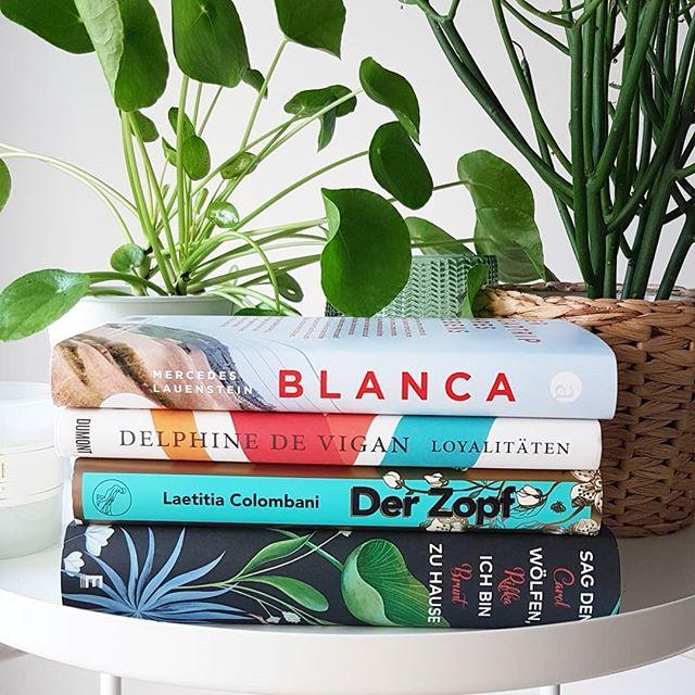 """Hier ist heute #Feiertag und das ist sowieso schon mal ein Grund zu jubeln. Neben #DerUmweg lese ich gerade noch parallel, weil das für mich kein Buch ist, das ich gut am Stück lesen kann. Gestern hab ich mein aktuelles beendet, heute muss etwas Neues her. Ich weiß nur noch nicht, worauf ich so wirklich Lust habe. Vielleicht etwas von dem Stapel? Erfahrungen? . """"Blanca"""" von #mercedeslauenstein musste ich mir kaufen, weil ich ja """"nachts"""" so unglaublich toll fand. Von #delphinedevigan habe ich ebenfalls schon gute Bücher gelesen und deswegen erwarte ich Gutes. """"Der Zopf"""" war mal ein Spontankauf im Buchladen. Und von """"Sag den Wölfen, ich bin zu Hause"""" aus dem @eisele_verlag hab ich auch nur positives gehört. Habt ihr Tipps? . #buch #bücher #lesen #gutebücher #lektüre #literatur #diepetzi #dieliebezudenbüchern #wassollichlesen #books #bookstagram #ichlesegerade #buchliebe #gutegeschichten"""