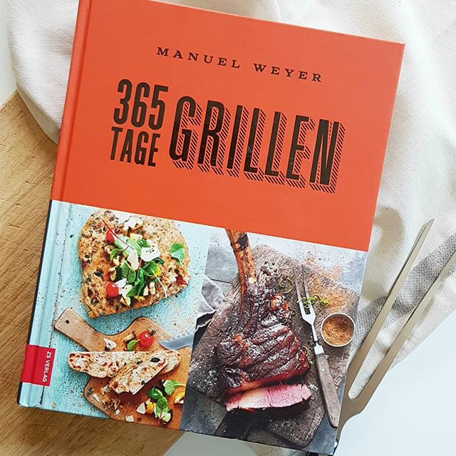 """Ich bin euch heute noch das Buch zur #Kochbuchchallenge von @kochbuchsuechtig schuldig. Thema ist """"Grillen/BBQ"""". Hier bin ich tatsächlich schlecht aufgestellt, weil Grillen hier zum Job der besseren Hälfte gehört. Grill putzen mag ich gar nicht und deshalb darf er da immer ran. 🤣 Dieses Buch aus dem @zsverlag hab ich aber trotzdem mal mitgenommen und darin auch einige tolle Rezepte gefunden, die ich tatsächlich aber eher ohne Grill umsetzen würde. . Meeresfrüchte-Paella, Brezenknödel mit Tomatenvinaigrette oder Thunfischsteak mit Salade Niçoise funktioniert nämlich auch ohne Grill und gefällt daher auch mir. Und für  Inspirationen in Sachen Marinaden bin ich natürlich auch immer dankbar und die findet man in dem Buch auf jeden Fall. . Habt ihr Grillbücher im Regal? Grillfans unter euch? . . #kochbuch #kochbuchliebe #kochbuchsüchtig #buch #lesen #grillen #grillbuch #dieliebezudenbüchern #diepetzi #petziskochbücher #zsverlag #bbq"""