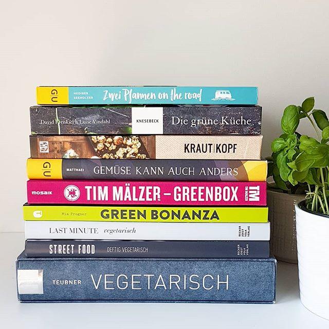 Auf dem Blog ging gestern ein Post online, den sich einige von euch gewünscht haben. Ich stell meine 9 vegetarischen Lieblingskochbücher vor und erzähl auch kurz, was daran besonders toll ist. Vielleicht ist ja auch was für euch dabei? Den Link zum Blog findet ihr in der Bio. . Wenn ihr noch andere Empfehlungen habt, dann auch gerne her damit. . . #kochbuch #kochbücher #lesen #vegetarischeskochbuch #vegetarisch #diepetzi #dieliebezudenbüchern #kochbuchliebe #aufdemblog #buchblog #buchblogger