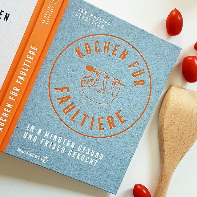 """Heutiges Thema bei der #Kochbuchchallenge von @kochbuchsuechtig lautet """"Alltagsküche"""". Alltagsküche muss für mich lecker schmecken und schnell sein und deshalb hab ich mich heute für """"Kochen für Faultiere"""" aus dem @brandstaetterverlag entschieden. In 8 Minuten soll gesundes und frisches Essen auf dem Tisch stehen. Die Zeit ist zwar etwas knapp bemessen, aber schnell kocht man mit diesem Buch auf jeden Fall und lecker schmeckt es noch dazu. . Ob Zitronengras-Kokos-Suppe, Flammkuchen, Garnelen-Zucchini-Pfanne oder frische Salbei-Ravioli. Ich hab hier schon einiges nachgekocht, ausprobiert und vorgemerkt. Einfache Zutaten, kurze Zubereitungsschritte und eine bunte Mischung an Rezepten machen das Buch für mich zu einer Empfehlung. . Was ist euer Lieblings-Blitzrezept? . . #kochbuchtipp #kochbuchliebe #kochbuchsüchtig #kochbuch #diepetzi #dieliebezudenbüchern #petziskochbücher #kochen #lesen #buch"""