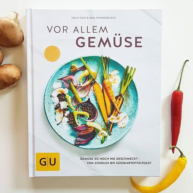 """Am heutigen Tag hat die #Kochbuchchallenge von @kochbuchsuechtig das Thema """"Gemüse"""". Das ist zum Glück so vielfältig, dass ich hier eine Menge passender Bücher hätte. Weil ich manche davon aber schon vorgestellt habe, habe ich mich heute für """"Vor allem Gemüse"""" von Tanja Dusy und Inga Pfannebecker aus dem @gu.verlag entschieden. Ein ganz tolles Buch, wie ich finde. . Als großer Gemüsefan ist das Buch für mich ein kleines Highlight. Gefühlt möchte ich jedes zweite Rezept nachkochen. Wie soll man aber auch bei Knusper-Spargel mit Zitronen-Lachs, grünem Risotto mit Pilzen, Ofen-Rosenkohl-Salat mit Graupen, Zucchini-Rollatini oder Sesam-Soba-Nudeln mit buntem Wokgemüse widerstehen? Eben! In den Stories blättere ich mal wieder ins Buch und zeige euch mehr. . Was ist denn euer Lieblingsgemüse? . . #kochbuchtipp #kochbuch #kochbuchliebe #kochbuchsüchtig #lesen #buch #kochen #vorallemgemüse #guverlag #diepetzi #dieliebezudenbüchern #petziskochbücher #buchblog #buchblogger"""