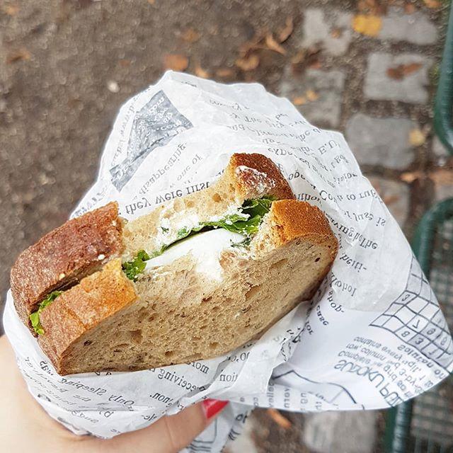 Ich komme gerade vom Friseur und weil ich zu früh dran war, hab ich mir vorher noch so ein fancy Brot gekauft und mich in den Park gesetzt. Kurz entspannen. Jetzt muss ich dann endlich den Koffer packen, auch wenn ich keine Lust habe. Der Urlaub ruft. ☀️🌊❤ #diepetzi