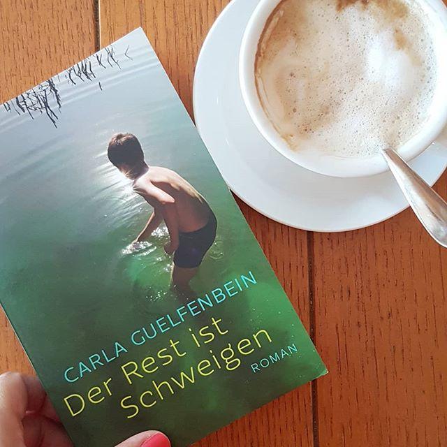 """(Werbung / selbst gekauft) Urlaub ist #Lesezeit und das zweite Buch hab ich schon fast durch. Zumindest hab ich so viel davon gelesen, dass ich für """"Der Rest ist Schweigen"""" von Carla Guelfenbein aus @sfischerverlage eine Empfehlung aussprechen kann. Entdeckt hab ich das Buch bei @alex_coffee_books und mich bereits nach den ersten beiden Sätzen in dieses Buch verliebt. . """"Wörter sind manchmal wie Pfeile. Fliegen hin und her, verletzen und töten, genau wie im Krieg."""" . Ich werde ausführlich berichten, wenn ich alle Seiten gelesen habe, denke aber jetzt schon, dass ihr euch das unbedingt besorgen müsst. 😍❤📖 #buchliebe . Das Wort trifft den kleinen Tommy wie ein Schlag, als er bei einem Familienfest unter dem Tisch hockt und lauscht: Selbstmord. Seine geliebte Mutter hat ihn freiwillig verlassen. Während der zarte Junge sich auf die Suche nach der verschwiegenen Wahrheit macht, ringen sein Vater, der arrivierte Chirurg, und dessen zweite Frau Alma ihrerseits mit all dem Unsagbaren, Ungesagten, an dem sie fast zu ersticken drohen. Wie Planeten mit einem heißen Kern aus Sehnsucht kreisen Tommy, Juan und Alma umeinander und bleiben sich auf ihren Umlaufbahnen doch fern. Erst als das Leben brutal dazwischenfährt, scheint so etwas wie Nähe wieder möglich – doch der Preis ist hoch. #buchtipp #petziliest #petzisbücher2018 #lesen #buch #buchliebe #roman #carlaguelfenbein #derrestistschweigen #fischerverlag #buchblog #buchblogger #bookstagram #book #leseliebe #ichlesegerade #lesetipp #gegenwartsliteratur #literatur #diepetzi #dieliebezudenbüchern"""