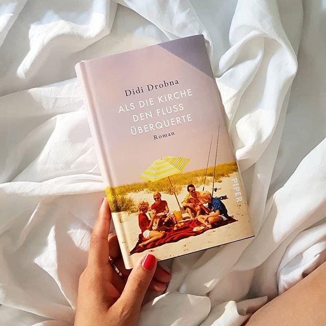 """Was ich am Urlaub besonders liebe? Unsagbar viel Zeit für Bücher und Ruhe. Morgens hab ich mich von der italienischen Sonne wecken lassen und mit """"Als die Kirche den Fluss überquerte"""" von @didi_drobna aus dem @piperverlag begonnen. Ich bin sehr gespannt auf das Buch. . """"Für Daniel ist das Leben eine feste Größe. Bis sich seine Eltern trennen. Im aberwitzigen Versuch, alles zusammenzuhalten, wütet er gegen den Vater, verliebt sich in seine Schwester Laura, lernt von seinem lebensklugen Onkel Billy und wird bei Großcousine Miriam zum Künstler. Erst als sich bei seiner Mutter eine Parkinson-Demenz bemerkbar macht, muss sich die Familie neu sortieren."""" . Wer kennt das Buch schon und hat es gelesen? #petziliest #buch #lesen #roman #piperverlag #alsdiekirchedenflussüberquerte #buchliebe #leseliebe #petzisbücher2018 #diepetzi #dieliebezudenbüchern"""