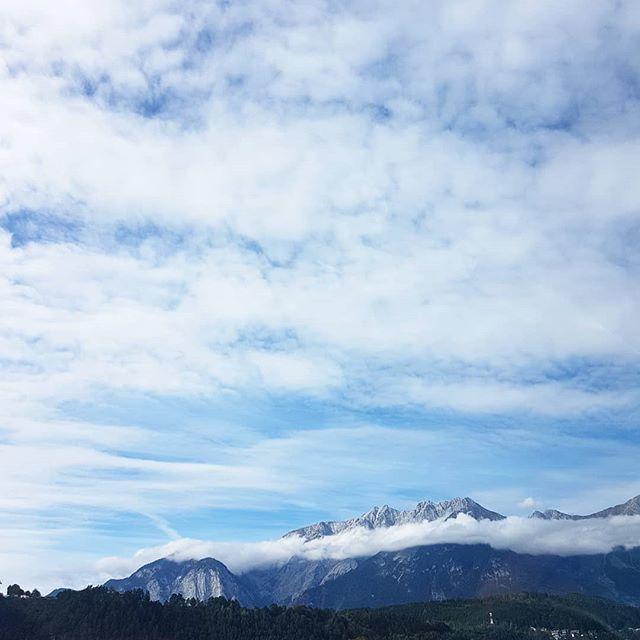 Guten Morgen. Ich weiß nicht mehr genau, ob ich das Bild noch in #Italien oder schon in #Österreich aufgenommen habe. So oder so war es auf jeden Fall ein Blick von der Brenner Autobahn auf wunderschöne Berge. Und Berge hab ich so gern wie das Meer und bin immer wieder fasziniert von der Größe und ihrer Erscheinung. 😍Deshalb muss ich diesen #Schnappschuss mit euch teilen. Jetzt bin ich schon wieder daheim, vom Sommer in Italien direkt in den Herbst gerutscht und muss mich erst einmal akklimatisieren. Ich hatte tolle Tage mit leckerem Essen, viel Erholung, Lesezeit und tolle Momente mit Freunden. Ich hab wieder so viel Lust zu lesen, wie schon lange nicht mehr und hab direkt von unterwegs schon meinen #momox-Gutschein eingelöst und mir Nachschub bestellt. Ein Teil ist auch schon da und vielleicht zeig ich euch heute auch schon mehr. Jetzt geht's erst einmal zum Mittagessen zu Mama, denn der Kühlschrank ist leer. 😉😂 . . #berge #brenner #brennerautobahn #berg #aussicht #wolken #wolkenspiele #view #diepetzi #sonntagsmodus
