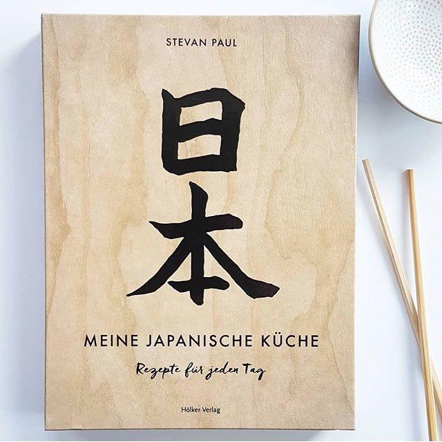Guten Morgen. Ich weiß selber nicht, wieso meine letzte #kochbuchbesprechung schon so lange her ist. Zu 'Meine japanische Küche' von Stevan Paul aus dem @hoelkerverlag musste ich aber unbedingt ein paar Worte loswerden. Warum ihr das unbedingt braucht, wenn ihr gerne japanisch esst und weshalb der #hölkerverlag die schönsten Bücher macht, könnt ihr jetzt auf dem Blog lesen. Den Link findet ihr in der Bio. . Esst ihr auch gerne japanisch? Und wenn ja, was besonders gerne? . #japanischeküche #kochbuch #kochbuchsüchtig #kochbuchliebe #stevanpaul #meinejapanischeküche #diepetzi #dieliebezudenbüchern #ichliebekochbücher #buchblog #buchblogger #buchblogger_de #buch