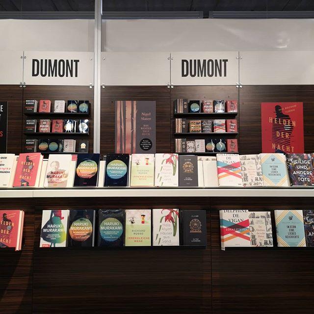 Ein Besuch bei @dumontbuchverlag bzw allgemein in Halle 4.1 lohnt sich immer. Später folgen noch einige Impressionen dazu. Große #buchliebe! . #dumontshelfie #buch #buchliebe #literatur #lesen #fbm18 #Buchmesse