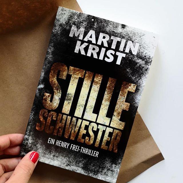 """Hier kommt den ganzen Tag keine Sonne durch, weil der Nebel sich nicht vertreiben lässt. Das ist Herbst und für mich immer die perfekte Zeit für Krimis und #Thriller. Ich mag sie immer, aber in der dunklen Jahreszeit hab ich quasi ein besonders starkes Verlangen danach. . Vor einiger Zeit hab ich deshalb """"Stille Schwester"""" von @martin.krist gelesen und bin wieder einmal begeistert von seinem Stil. Was halt immer ein Problem ist: die Bücher sind viel zu kurz. Das ist der zweite Henry-Frey-Thriller, der aber auch problemlos eigenständig gelesen werden kann. Genauer werde ich euch das Buch noch auf dem Blog vorstellen, die Rezension zum ersten Teil findet ihr dort bereits. . Seit Monaten treibt ein Serienkiller sein perfides Spiel in der Hauptstadt: Auf heimtückische Weise erdrosselt er die Frauen, verwandelt ihre Leichen in groteske Kunstwerke. Es gibt keine Verbindung zwischen seinen Opfern. Er hinterlässt keine Spuren. Kommissar Henry Frei und sein Team stehen vor einem Rätsel. . Lest ihr im Herbst auch besonders gerne Thriller? Welche Bücher könnt ihr besonders empfehlen? Und habt ihr das Buch von Martin Krist vielleicht schon selbst entdeckt? . #buch #thriller #lesen #buchliebe #martinkrist #stilleschwester #buchblog #buchblogger_de #diepetzi #dieliebezudenbüchern"""