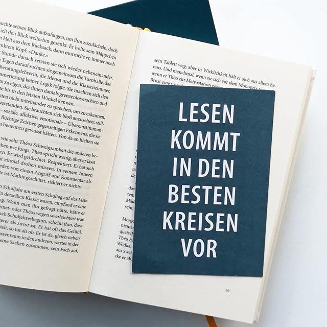"""Gestern hat am Stachus in München die umgebaute Filiale von @hugendubel_buchhandlungen eröffnet und wenn ich heute zeitig aus der Arbeit komme, dann muss ich """"leider"""" hin. Ich will unbedingt sehen, wie das neue Konzept umgesetzt wurde und ein paar Bücher darf ich dieses Jahr ja noch kaufen. 🙈 Soll keine Werbung sein, ist es wegen der Erwähnung aber wohl doch. Naja, ihr wisst schon. Die Leselust muss gestillt werden. 😊 Kommt gut ins Wochenende. . . #leseliebe #buch #buchliebe #lesen #diepetzi #dieliebezudenbüchern #buchjunkie #verrücktnachbüchern"""