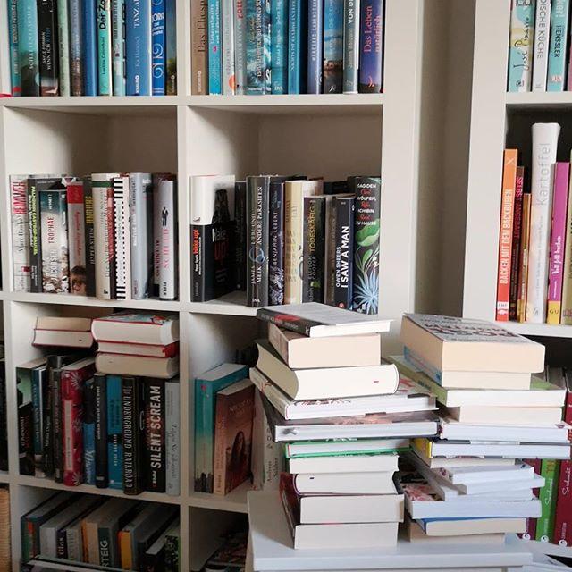 Ordnung? Komplett überbewertet. Hier wurde mal wieder aussortiert und neue Bücher eingeräumt und ordentlich ist es immer noch nicht. Aber diese Bücherstapel, die sich da im Arbeitszimmer türmen, die haben ja auch irgendwie was. 😍📖 #booklove #bücherliebe #buch #lesen #diepetzi #dieliebezudenbüchern #buchregal