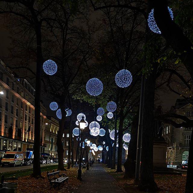 Ich bin heute umsonst durch die halbe Stadt gefahren, weil mein Termin storniert wurde, ich davon allerdings nichts wusste. Ziemlich ärgerlich. Andererseits hätte ich so nicht die tolle Lichtkunst am Promenadeplatz gesehen und das wäre doch sehr schade. Also immer positiv sehen! 😘 Habt einen tollen Abend. 🌟🌠 . #münchen #münchenliebe #munich #igersmuc #lichtkunst #diepetzi #089