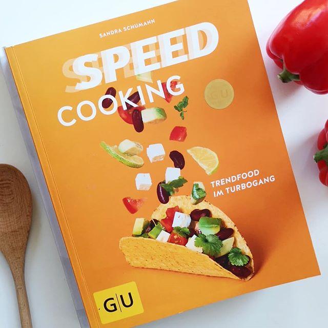 """Habt ihr schon gesehen, dass auf dem Blog eine weitere Kochbuchbesprechung online ging? Das Cover am besten ignorieren, denn das sagt mir persönlich gar nicht zu. Der Inhalt ist dafür großartig. Wenn ich auf Anhieb mehr als zehn Rezepte sofort kochen will, dann ist das immer ein gutes Zeichen. """"Speed Cooking"""" vereint eine unglaubliche Menge an tollen Rezepten, die alle unter 30 Minuten gekocht sind. Ideal, wenn man nach einem anstrengenden Tag noch Lust auf frische Küche hat. . Ob Grillsalat mit Zitronendressing, Chili-Brokkoli-Spaghetti, Lachs mit Currysahne oder Brotsalat mit Buttermilch. Ich will alles davon und kann euch das Buch  von Sandra Schumann aus dem @gu.verlag nur ans Herz legen. Den Link zum Blog findet ihr in der Bio. . #kochbuch #kochbuchliebe #kochen #guverlag #speedcooking #lesen #genuss #guteküche #schnelleküche #diepetzi #dieliebezudenbüchern"""