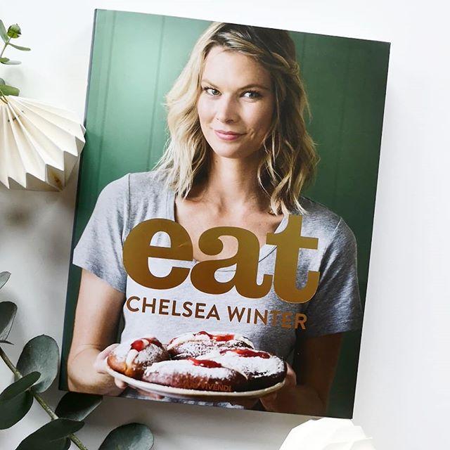 **Türchen Nr.9** Hinter dem heutigen Türchen versteckt sich das tolle Kochbuch 'Eat' von Chelsea Winter aus dem @arsvivendiverlag. Worum geht's? Eat, der Name ist Programm. Weit weg von Ernährungstrends und Diäten, besinnt sich Chelsea Winter zurück auf die essentiellen Dinge im Leben: Familie, Freunde, Wohlgefühl, Glück und köstliches, hausgemachtes Essen. Aus Zutaten, die in jedem Supermarkt erhältlich sind, zaubert sie echte, leckere, spannende Gerichte, wahres Seelenfutter für Körper und Geist. Familienfreundliche Rezepte mit Hähnchen, Rind, Schwein, Lamm, Fisch, Meeresfrüchten und Würstchen oder vegetarisch, und natürlich dürfen auch Basics und Süßspeisen nicht fehlen. Ob Zitronengras-Ingwer-Hähnchen, reichhaltiges Rindfleisch-Gulasch, gegrilltes Pizzabrot mit süßscharfer Chilisauce und Pesto, selbst gemachtes Ketchup, Schoko- Haselnuss-Käsekuchen oder nussige Aprikosenbällchen: hier kommen selbst kritische Esser auf ihre Kosten! Einfache Rezepte, normale Zutaten, echtes Essen mit wahrem Geschmack, gekocht mit Liebe.  Mehr zum Inhalt in den Stories. 📸 . Wenn ihr dieses Buch gewinnen wollt, dann kommentiert unter diesem Bild, folgt mir und dem @arsvivendiverlag und springt damit automatisch in den Lostopf. Ich freue mich natürlich auch über die Verlinkung von Freunden, die sich ebenfalls freuen oder eine Verlinkung in euren Stories. Dies ist aber kein Muss. . Teilnehmen könnt ihr bis Dienstag, den 11.12. um 18 Uhr abends. Der Gewinner wird ausgelost und von mir benachrichtigt. Meldet sich der Gewinner innerhalb zwei Tagen nicht, wird neu ausgelost. Der Versand erfolgt auf meine Kosten. Mitmachen kann jeder aus Deutschland bzw. auch aus anderen Ländern, falls die Mehrkosten des Versands selbst getragen werden. Der Rechtsweg ist ausgeschlossen und das Gewinnspiel steht in keinem Zusammenhang mit Instagram. Genaue Bedingungen gibt es hier: https://dieliebezudenbuechern.de/gewinnspiele/ Nicht verpassen: Morgen öffnet sich bereits das nächste Türchen! . . #adventskal