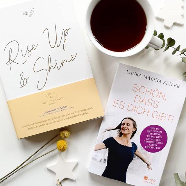 **Türchen Nr.15** Hinter dem heutigen Türchen verstecken sich zwei tolle Bücher von @lauramalinaseiler aus dem @rowohltverlag. Ihr könnt euch zwischen 'Schön, dass es dich gibt! ' und dem 'Rise Up & Shine Journal' entscheiden. Nebenbei bemerkt, kann ich euch den #Podcast von ihr noch sehr ans Herz legen. Mehr zum Inhalt der Bücher in den Stories. 📸 . Wenn ihr eines der Bücher gewinnen wollt, dann kommentiert unter diesem Bild, sagt wofür ihr in den Lostopf hüpft (natürlich gehen auch beide Bücher), folgt mir und dem @rowohltverlag und habt  damit automatisch eine Chance auf den Gewinn. Ich freue mich natürlich auch über die Verlinkung von Freunden, die sich ebenfalls freuen oder eine Verlinkung in euren Stories. Dies ist aber kein Muss. . Teilnehmen könnt ihr bis Montag, den 17.12. um 18 Uhr abends. Der Gewinner wird ausgelost und von mir benachrichtigt. Meldet sich der Gewinner innerhalb zwei Tagen nicht, wird neu ausgelost. Der Versand erfolgt auf meine Kosten. Mitmachen kann jeder aus Deutschland bzw. auch aus anderen Ländern, falls die Mehrkosten des Versands selbst getragen werden. Der Rechtsweg ist ausgeschlossen und das Gewinnspiel steht in keinem Zusammenhang mit Instagram. Genaue Bedingungen gibt es hier: https://dieliebezudenbuechern.de/gewinnspiele/ Nicht verpassen: Morgen öffnet sich bereits das nächste Türchen! . . #adventskalender #gewinnspiel #gewinn #buch #verlosung #lesen #weihnachten  #dieliebezudenbüchern #petzisadventskalender #petzisadvent #rowohlt #rowohltverlag #lauramalinaseiler #riseupandshine #journal
