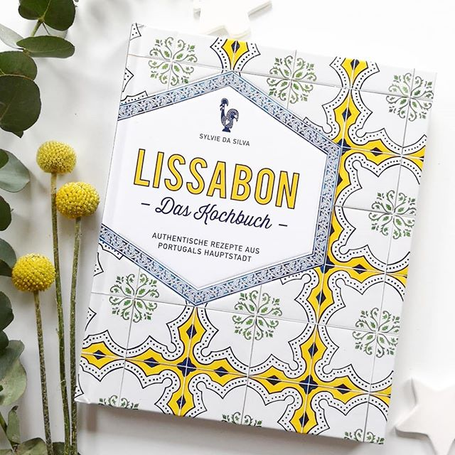 **Türchen Nr.16** Hinter dem heutigen Türchen versteckt sich das Kochbuch 'Lissabon' von Sylvie da Silva aus dem @suedwestverlag. Worum geht's? Kommen Sie mit auf eine kulinarische Reise durch diese Stadt voller Leidenschaft, Künste und authentischer Geschichten. Hier in Lissabon lässt man keine Gelegenheit aus, sich um einen Tisch zu versammeln und gemeinsam zu genießen. Ob kleine, gefüllte Leckerbissen, deftig-würzige Suppen und Eintöpfe, pikante Fleischvariationen, vielfältige Fisch- und Meeresfrüchtegerichte oder berühmte Süßspeisen wie Pastéis de nata oder Flan – die Küche Lissabons besticht durch ihre Einfachheit und ihren einzigartigen, aromatischen Geschmack.Mehr zum Inhalt in den Stories. 📸 . Wenn ihr dieses schöne Buch gewinnen wollt, dann kommentiert unter diesem Bild, folgt mir und dem @suedwestverlag und springt damit automatisch in den Lostopf. Ich freue mich natürlich auch über die Verlinkung von Freunden, die sich ebenfalls freuen oder eine Verlinkung in euren Stories. Dies ist aber kein Muss. . Teilnehmen könnt ihr bis Dienstag, den 18.12. um 18 Uhr abends. Der Gewinner wird ausgelost und von mir benachrichtigt. Meldet sich der Gewinner innerhalb zwei Tagen nicht, wird neu ausgelost. Der Versand erfolgt auf meine Kosten. Mitmachen kann jeder aus Deutschland bzw. auch aus anderen Ländern, falls die Mehrkosten des Versands selbst getragen werden. Der Rechtsweg ist ausgeschlossen und das Gewinnspiel steht in keinem Zusammenhang mit Instagram. Genaue Bedingungen gibt es hier: https://dieliebezudenbuechern.de/gewinnspiele/ Nicht verpassen: Morgen öffnet sich bereits das nächste Türchen! . . #adventskalender #gewinnspiel #gewinn #buch #verlosung #lesen #weihnachten  #dieliebezudenbüchern #petzisadventskalender #petzisadvent #kochbuch #suedwest #suedwestverlag #lissabon #sylviedasilva