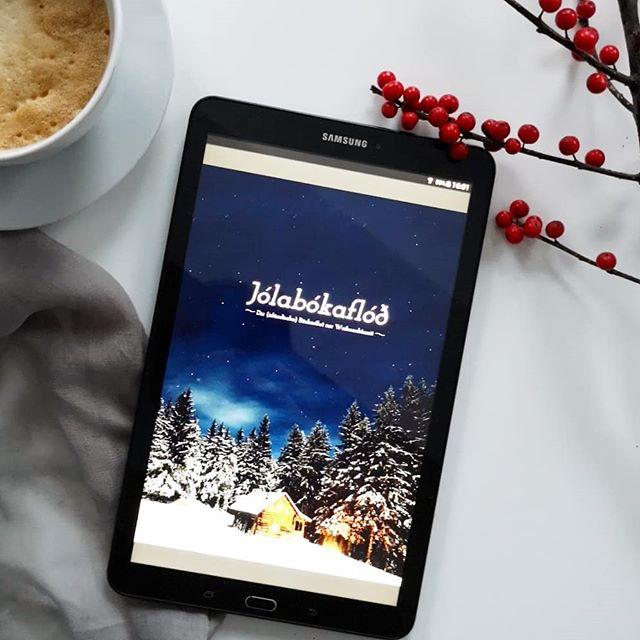 Werbung für ein ❤️ens Projekt. | Als mich @torstenwoywod gefragt hat, ob ich ein kleiner Teil dieses tollen Projekts sein möchte, musste ich natürlich nicht lange überlegen. Torsten hat diesen tollen Buchkatalog bereits zum zweiten Mal auf die Beine gestellt und neben mir haben noch viele andere tolle Literaturmenschen Buchtipps beigesteuert. . Hinter Jólabókaflóð verbirgt sich die (für mich) schönste Weihnachtstradition der Welt, die aus Island kommt. Dort schenkt man sich traditionell nur Bücher und Schokolade und die erste Weihnachtsnacht wird lesend verbracht. Zusätzlich wird dort ein Katalog veröffentlicht, der sämtliche Neuerscheinungen sammelt und an alle Haushalte des Landes verteilt wird. Der heißt Bókatiðindi. Wie toll ist das? . Torsten hat diese Idee für den deutschsprachigen Raum adaptiert und herausgekommen ist diese Sammlung an tollen Buchtipps, die man dringend und unbedingt lesen sollte. Sogar die isländische Premierministerin Katrín Jakobsdóttir hat ein Vorwort beigesteuert. Den Link zum Magazin findet ihr im Linktree. Klickt unbedingt mal vorbei. . #buchkatalog #buchliebe #buch #lesen #literatur #jólabókaflóð #bookstagram #diepetzi #dieliebezudenbüchern #buchblog #buchblogger #buchtipps
