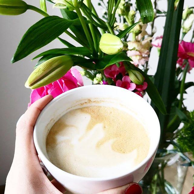 Startet gut in den Freitag. Nicht mehr lange und es ist Wochenende. Ich bin gerade absolut im Winterschlafmodus und dauermüde. Ihr auch? 😴☕ Kommt gut durch den Tag. #kaffeepause #freitagsmodus #kaffee #coffeebreak #blumen #blumenliebe