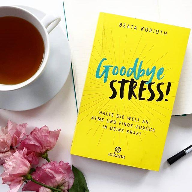 """Das erste Buch im Rahmen des """"Sachbuch-Projekts"""" war """"Goodbye Stress!"""" von @beatakorioth aus dem #arkana Verlag. Auf dem Blog hab ich bereits die Besprechung online gestellt und euch verraten, wie ich das Buch fand und ob es für mich hilfreich war. Die Autorin befasst sich nicht nur mit Stress im Allgemeinen, sondern auch mit Atemtherapie und neurogenem Zittern. Sie ist auch Bewusstseinstrainerin, Coach und beispielsweise Mitbegründerin der """"Yoga Conference Germany"""". Sehr spannend und inspirierend. Den Link findet ihr im Linktree. Wäre das auch ein Buch für euch? Habt ihr es vielleicht sogar gelesen? Oder kennt ihr andere tolle Bücher zum Thema? #goodbyestress #beatakorioth #sachbuch #sachbuchliebe #lesen #buch #buchliebe #buchbesprechung  #buchblog #20sachbücher #petzisbücher2019 #diepetzi #dieliebezudenbüchern #buchblogger #bookstagram #sachbuchprojekt"""
