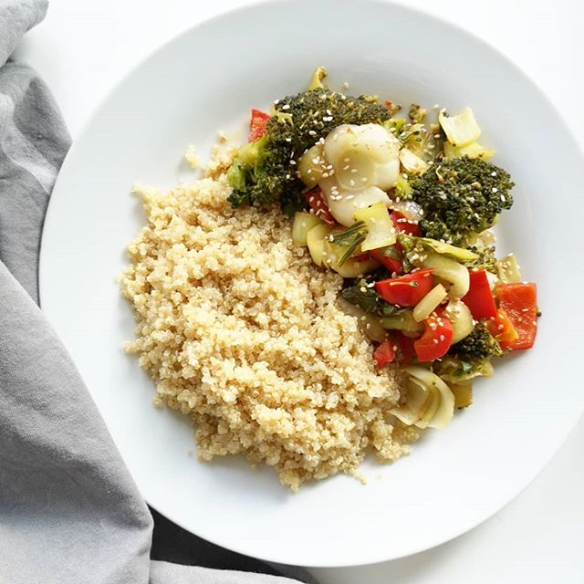 Das liebe ich so am Wochenende. Ich habe Zeit in Ruhe zu kochen, neue Dinge zu probieren und die Seele baumeln zu lassen. Heute hab ich zum Beispiel die Miso-Gemüsepfanne mit Quinoa gekocht. Das Rezept findet ihr auf dem Blog von  @heavenlynnhealthy und ich bin absolut begeistert. So einfach und schnell kann gesundes Essen sein. Es hat nämlich maximal 20 Minuten gedauert und das stand auf dem Tisch. Und Quinoa lieb ich ja wirklich sehr. ❤️ Was gibt es bei euch heute? . #petzikocht #quinoa #healthyfood #schnelleküche #healthy #gemüse #kochen #kochliebe #rezept #diepetzi #bloggerrezepte #kochbuch #gesundesessen #gesundeküche