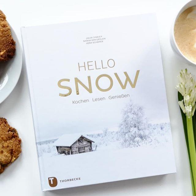 """Bevor der Winter endgültig vorbei ist und der Schnee schmilzt, habe ich es heute endlich geschafft die Besprechung zu """"Hello Snow"""" zu verbloggen. Ich hab das Buch vor Weihnachten gerade noch so in der Buchhandlung ergattert und bin wirklich froh darüber. Darin finden sich nämlich keine typischen Weihnachtsgerichte, sondern vielmehr tolle Gerichte mit saisonalem Gemüse, winterliche Leckereien und dazu zauberhafte Bilder von Winterlandschaften, verschneiten Bergen und tolle Texte. Die Cookies mit weißer Schokolade und gesalzenen Erdnüssen vom zweiten Bild findet man übrigens auch darin und die schmecken wirklich nicht schlecht. Mehr dazu findet ihr auf dem Blog - Link in der Bio. . #winter #winterbuch #kochbuch #kochen #juliacawley #hellosnow #thorbeckeverlag #thorbecke #kochbuchliebe #diepetzi #dieliebezudenbüchern #lecker #buchtipp #buchblog #buchblogger"""