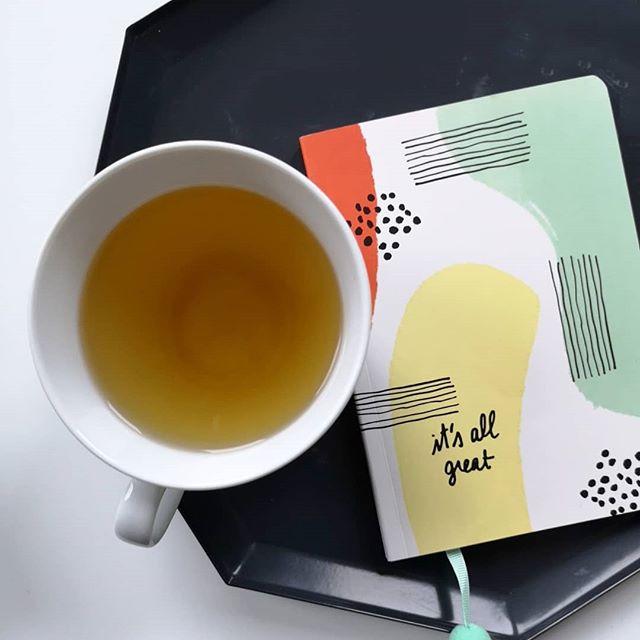 Früher daheim sein, Zeit für sich nutzen, Ideen sammeln, Zeit für einen Tee. Dinge, die ich viel öfter brauche... Wie ist das bei euch? Momentan sprudeln die Ideen, aber die Zeit für die Umsetzung fehlt. Das Privatleben hat mich im Griff, dann gibt es da noch die Hochzeitssache und manchmal hat der Tag doch zu wenige Stunden. Ihr kennt das bestimmt auch. #notizbuchliebe #notizbuch #diepetzi #einmomentfürmich