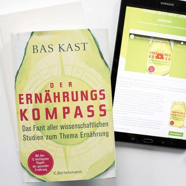 Die ganze Zeit hab ich euch von diesem Buch vorgeschwärmt und jetzt hab ich meine Meinung dazu auch verbloggt. Weshalb ich den #ernährungskompass tatsächlich als eines der besten Bücher zum Thema #Ernährung ansehe, was Bas Kast schreibt und warum ihr das Buch lesen solltet, wenn euch die Thematik auch nur ein bisschen interessiert, könnt ihr jetzt auf dem Blog nachlesen. 👉 Link in der Bio. . . #buchtipp #buch #sachbuch #lesen #sachbuchprojekt #baskast #cbertelsmann #petzisbücher2019 #diepetzi #dieliebezudenbüchern #buchblog #buchblogger #lektüre #ernährung #lebensmittel #essen #bookstagram #20sachbücher