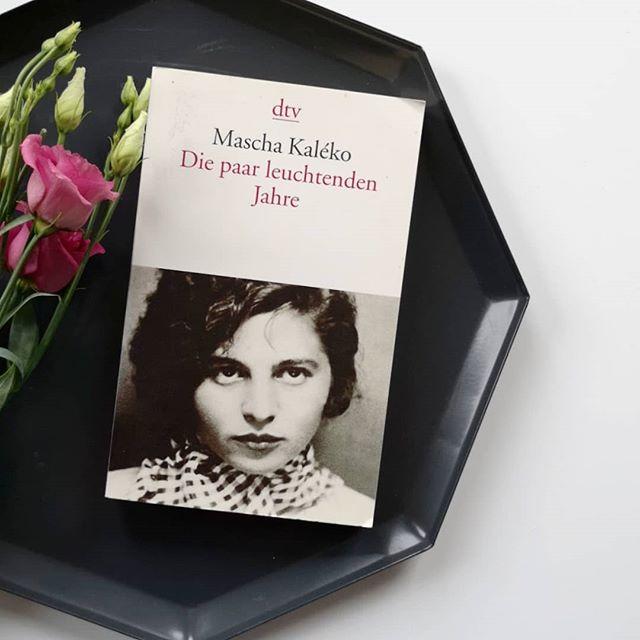 """Wie sieht es bei euch eigentlich mit #Lyrik aus? Ich liebe ja Mascha Kaléko wirklich sehr und eines meiner liebsten Gedichte ist dieses hier: . Weil du nicht da bist, sitze ich und schreibe . All meine Einsamkeit auf dies Papier. . Ein Fliederzweig schlägt an die Fensterscheibe. . Die Maiennacht ruft laut. Doch nicht nach mit. . Weil du nicht da bist, ist der Bäume Blühen, . Der Rosen Duft vergebliches Bemühen, . Der Nachtigallen Liebesmelodie . Nur in Musik gesetzte Ironie. . Weil du nicht da bist, flucht ich mich ins Dunkel. . Aus fremden Augen starrt die Stadt mich an . Mit grellem Licht und lärmendem Gefunkel, . Dem ich nicht folgen, nicht entgehen kann. . Hier unterm Dach sitz ich beim Lampenschimmer, . den Herbst im Herzen, Winter im Gemüt. . November singt in mir sein graues Lied. . """"Weil du nicht da bist"""", flüstert es im Zimmer. . """"Weil du nicht da bist"""", rufen Wand und Schränke, . Verstaubte Noten über dem Klavier. . Und wenn ich endlich nicht mehr an dich denke, . Die Dinge um mich reden nur von dir. . Weil du nicht da bist, blättre ich in Briefen . Und weck vergilbte Träume, die schon schliefen. . Mein Lachen, Liebster, ist dir nachgereist. . Weil du nicht da bist, ist mein Herz verwaist. . . #diepetzi #dieliebezudenbüchern #maschakaléko #gedicht #liebelei"""