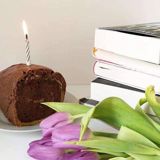 Happy Blogbirthday to me! Heute vor 7 Jahren ging der erste Beitrag online und ich wusste nicht was passiert und mich erwartet. Jetzt bin ich immer noch da und habe immer noch Lust andere von Büchern zu begeistern. Mehr denn je. Zum Geburtstag gibt es Buchtipps und deshalb haben auf dem Blog 12 tolle Bloggermenschen einen Buchtipp für mich und euch hinterlassen. ❤️ Danke für diese 7 tollen Jahre und auf mindestens genauso viele weitere. Danke, dass ihr alle da seid. 🥂🎉 #bloggeburtstag #blog #dieliebezudenbüchern #diepetzi #buchtipps