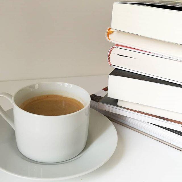 Ich hab morgen spontan frei und solche Tage werden fast ausschließlich für den Blog genutzt. In letzter Zeit haben sich da einige Bücher und tolle Dinge angesammelt und ich hab richtig Lust morgen loszulegen. ☕⌨️ Mal schauen, wie viel ich tatsächlich schaffe. Unglaublich, dass morgen auch schon wieder März ist. Wie schnell vergeht bitte die Zeit? Welches war denn eigentlich euer liebstes Buch im Februar? 📚📙 . #buch #buchstapel #kaffee #kaffeepause #lesen #lektüre #bloggerleben #dieliebezudenbüchern #diepetzi #bücher #ichlese #books #bookstagram #readingtime #buchblog #buchblogger