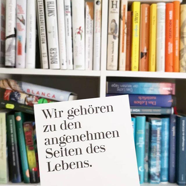 Wenn der Tag echt bescheiden war und von morgens bis abends alles schief läuft (auf solche Tage könnte ich echt verzichten!), dann bleibt eigentlich nur noch lesen und flüchten. Bis morgen. Morgen ist dann alles wieder besser. 📚💕✨ #diesetage #lesen #buch #shelfie #buchregal #diepetzi #dieliebezudenbüchern #ichliebebücher