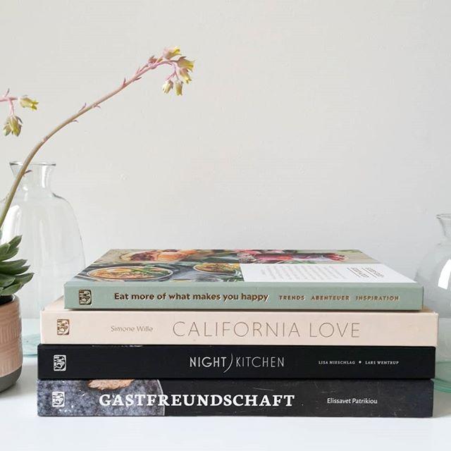 Es gibt so viele Kochbücher, die mich wirklich begeistern, dass ich unmöglich alle auf dem #Blog vorstellen kann. Aus dem Grund hab ich mir jetzt einfach mal vier Exemplare aus dem @hoelkerverlag vorgenommen, über die ich euch etwas mehr erzähle. Ob sie mich begeistern und welche Rezepte man darin findet, könnt ihr zusammengefasst auf dem Blog nachlesen. Habt ihr denn eines der Bücher selbst im Regal? Oder welches hättet ihr gerne? . #buch #kochbuch #kochbuchliebe #rezepte #essen #hölkerverlag #kochbuchsüchtig #diepetzi #dieliebezudenbüchern #aufdemblog #buchblog #buchblogger