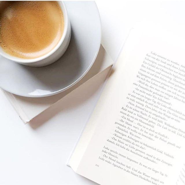 Guten Morgen. Ich starte heute mal ganz entspannt ins Wochenende und dazu braucht es immer Kaffee. Ohne geht gar nicht. Was ich am Wochenende aber auch immer ganz gut gebrauchen kann ist Inspiration. Deshalb frag ich mal euch: Welche tollen Insta-Accounts könnt ihr mir empfehlen? Verlinkt mir eure Tipps aus den Bereichen 👉 Buch, Food, Inspiration und Nachhaltigkeit. Ich freu mich, wenn ich hier mal wieder ein paar tollen neuen Accounts folgen kann. 😍 #kaffee #gutenmorgen #buch #buchliebe #diepetzi #dieliebezudenbüchern