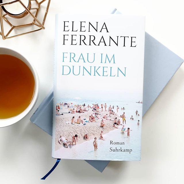 """Der große Hype um Ferrante hat mich immer ein wenig davon abgehalten ihre Bücher zu lesen. """"Frau im Dunkeln"""" wollte ich dann aber unbedingt entdecken, zumal man bei dem Seitenumfang auch nicht viel falsch machen kann. Wie mir die Geschichte um Leda gefallen hat und ob ich mal wieder ein Buch von Ferrante lesen würde (Spoiler: würde ich!), könnt ihr jetzt auf dem Blog nachlesen. 👉 Link in der Bio. Kennt ihr das Buch schon oder habt bereits etwas von Ferrante gelesen? . #buchtipp #buch #lesen #roman #elenaferrante #suhrkamp #literatur #books #bookstagram #leseliebe #petzisbücher2019 #diepetzi #dieliebezudenbüchern #frauimdunkeln @suhrkampverlag"""
