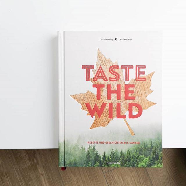 """Ich hoffe, ihr seid gut durch den Montag gekommen? Falls nicht und überhaupt, habe ich hier ein wunderbares Kochbuch, dass ich euch eigentlich schon viel früher zeigen wollte. """"Taste the Wild"""" aus dem @hoelkerverlag ist ein absolutes Schmuckstück, dass sofort Lust aufs Kochen, blöderweise aber auch aufs Reisen macht. 👉 Für maximale Inspiration einfach wischen. Bei der Autorenkombi @lisanieschlag @nieschlagwentrup war das ja irgendwie auch vorprogrammiert. Schlechte Bücher gab's da wirklich noch nie. Die Kombi aus Knallerrezepten und wunderschöne Landschaftsbildern hat mich echt überzeugt und mich ernsthaft überlegen lassen, wann ich am besten nach #kanada reisen kann. Ob Lobster Roll, schwarzer Burger mit Heilbutt, Homemade Icetea mit Cranberrys, Roastbeef mit Smashed Potatoes oder Maple Cheesecake mit Erdbeeren, hier ist wirklich alles vertreten und wird mit tollen Bildern der unglaublichen Landschaft und informativen Texten ergänzt. Absolute Empfehlung! . #kochbuch #kochbuchtipp #kochbuchliebe #kochbuchsüchtig #hoelkerverlag #tastethewild #buch #buchblog #buchblogger #diepetzi #dieliebezudenbüchern #lesen #empfehlung #buchtipp #kanada"""