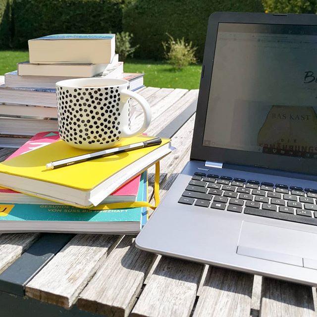 Hallo aus dem Home Office! Ich hab das heute kurzerhand in den Garten verlegt, weil das Wetter ein Traum ist. ☀️ Zum Glück hab ich heute schon frei, kann die Sonne genießen und plane einiges für den #Blog. Und was treibt ihr so? Schon auf dem Weg in den Osterurlaub? Oder ins lange Wochenende? 🐰🌷 #homeoffice #blog #blogarbeit #buchblog #buchblogger #diepetzi #frühling
