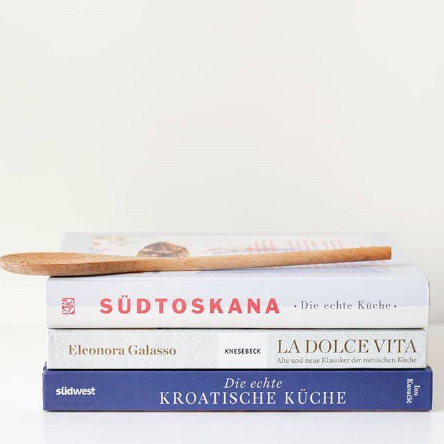 In der Story zeig ich euch gerade einen kleinen Einblick in diese drei Bücher. Ich bin ja riesiger Italienfan, wobei man mich auch mit Kroatien sehr glücklich macht. Land, Leute und Essen sind einfach großartig. Deshalb habe ich heute passenderweise die richtigen Bücher im Gepäck. Egal ob ihr in die Toskana reist, nach Rom oder doch einen Trip durch Kroatien unternehmen wollt, hier sind die passenden #Kochbücher zur Einstimmung. Was ich dazu sagen kann, was ihr in den Büchern so findet und einen kleinen Blick ins Innere, könnt ihr jetzt auf dem Blog ausführlich nachlesen. 👉 Link in der Bio! #kochbuch #kochbuchtipp #kochbuchsüchtig #kochbuchliebe  #italienischeküche #kroatischeküche #diepetzi #dieliebezudenbüchern #bookstagram #buchblog #buch #buchblogger #hoelkerverlag #knesebeck #südwestverlag