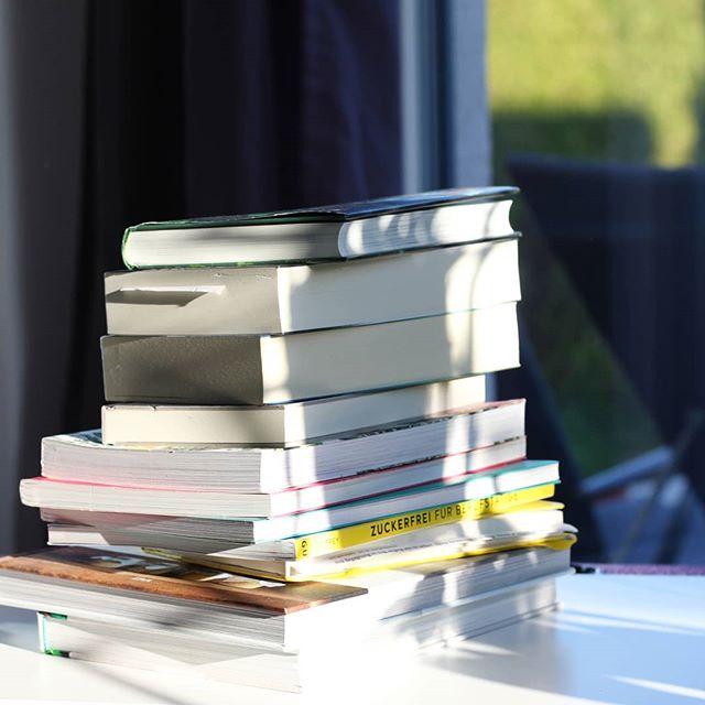 Happy #welttagdesbuches! Ich feiere die Bücherliebe zwar sowieso jeden Tag, aber es schadet nie nochmal zu erwähnen, welch kostbare Geschichten und Schätze sich zwischen den meisten Buchdeckeln befinden und welche tollen und klugen Dinge ich durch Bücher schon gelernt habe. Auf viele weitere Seiten. ♥️ Hinterlasst mir doch unter diesem Bild ganz spontan einen Buchtipp. Ich freu mich auf eure Empfehlungen. . #buch #buchliebe #bücher #lesen #readingtime #readers #bookstagram #books #book #leseliebe