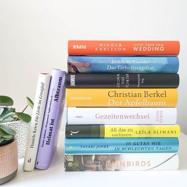 Die Zeit verfliegt wie im Flug und gefühlt momentan noch schneller als sonst. Auf meinem Lesestapel liegen noch so viele aktuelle Bücher und andere Titel der #backlist und gerade werden überall die neuen Vorschauen für den Herbst veröffentlicht. Ich komm da kaum noch hinterher und geh es jetzt einfach ruhig an. Welche Bücher von dem Stapel kennt ihr bereits und was sollte ich dringend lesen? Geht es euch mit den Vorschauen ähnlich? . . #buch #buchliebe #sub #stapel #bücher #wasichlesenwill #lesen #leseliebe #lektüre #roman #literatur #bookstagram #books #readingtime #diepetzi #dieliebezudenbüchern #instadaily #lesestapel #backlisttitel